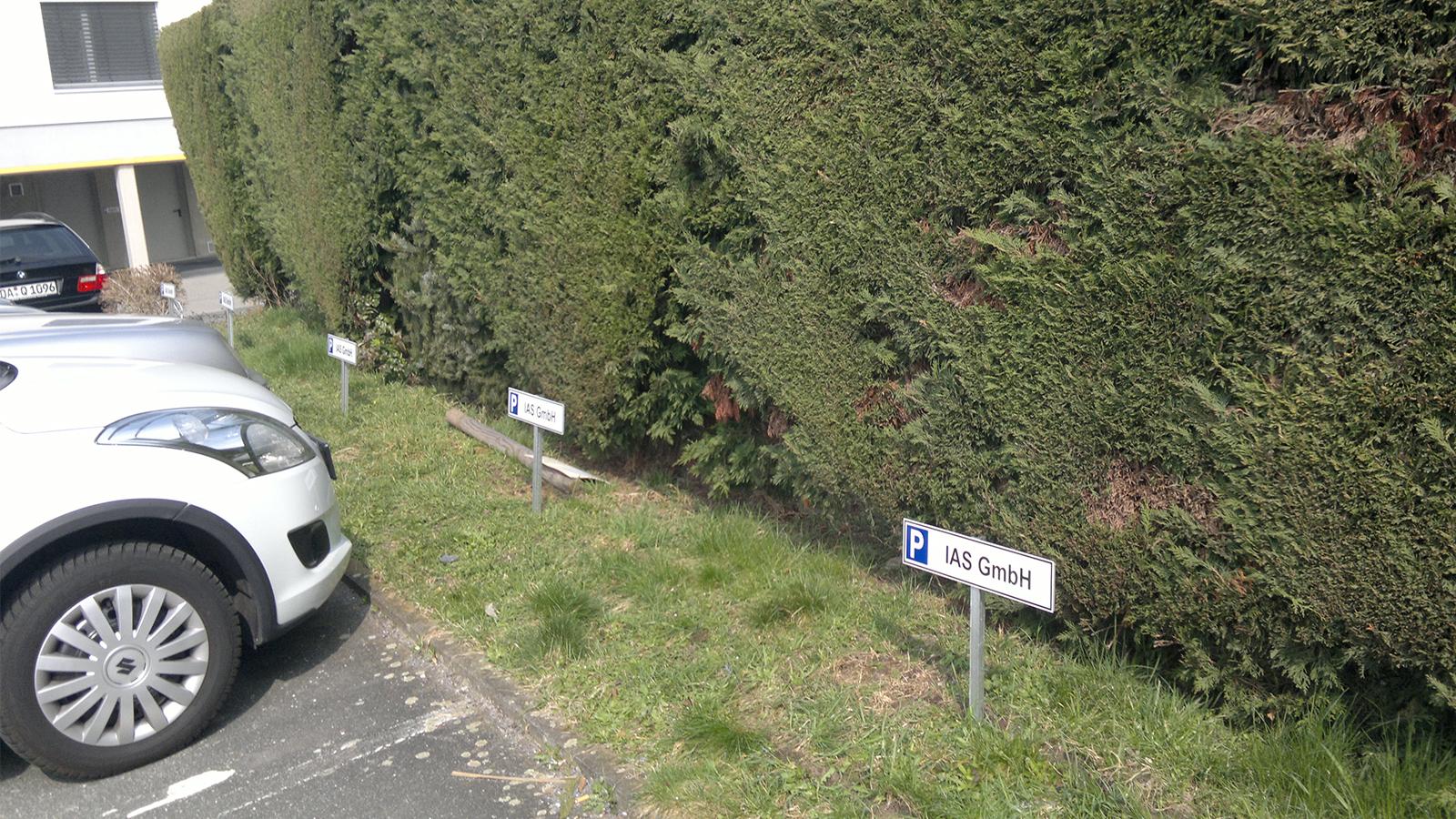 Parkplatzschilder mit T-Stahl